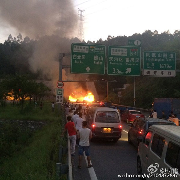 日下午6时许,广河高速东往西方向凤凰山隧道入口处发生六车相撞