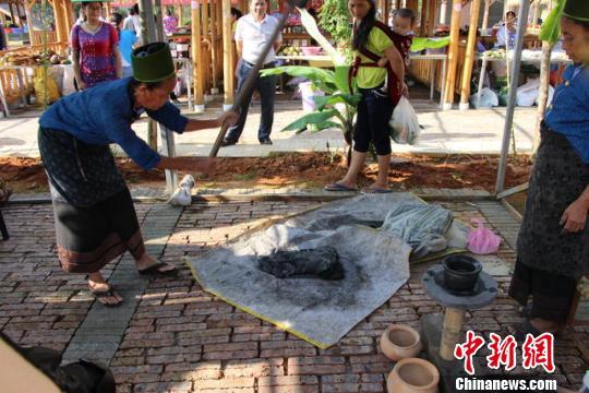 图为文化节现场制作民族手工艺品 钟欣 摄