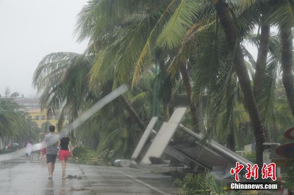 """10月4日,今年强台风""""彩虹""""在雷州半岛肆虐,正面袭击粤西湛江市,该市"""