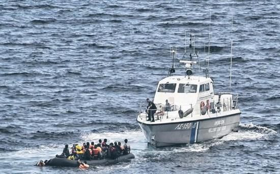 """欧盟海军将强化走动,除了救人之外,还将截查""""人蛇""""。"""