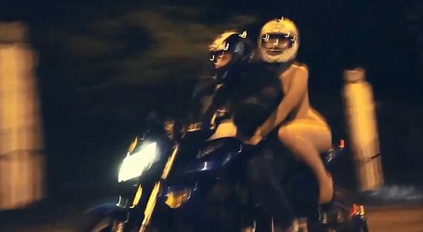 摩托车手和女乘客都戴着头盔,但只有车手穿着皮装。(网页截图)