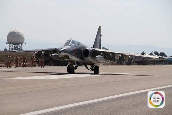 正待从叙利亚Hmeimim空军基地起飞的苏-25战机