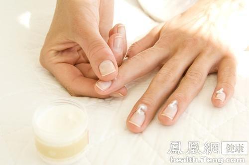 人的手指甲有时候也是健康的晴雨表,手指甲凹凸不平,不但影响美观