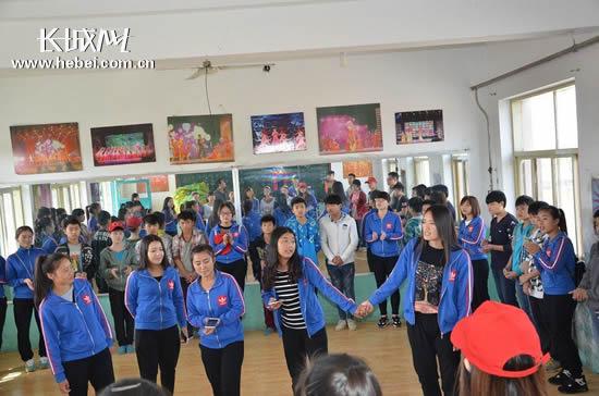 大学生志愿者与公益学校举办捐助联谊活动图片
