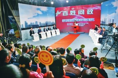 洛陽市民政局的相關領導走進問政現場,接受評議。
