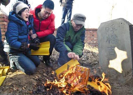▲去年12月15日,呼格吉勒图被宣告无罪后,父母到他的坟前祭扫。新华社发
