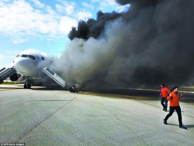 美国客机引擎起火 15人受伤|起飞|航空