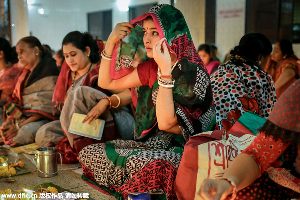 孟加拉国信徒燃灯祈祷 庆祝印度教节日
