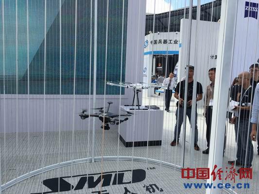 工作人员进行无人机飞行展示。中国经济网记者周明阳摄