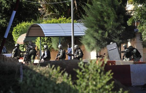 在酒店外的马里军队。(图片来源:新华社/法新社)