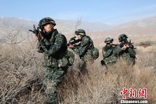 中队执行山地捕歼任务间隙,进行小组战术训练。 何立新 摄