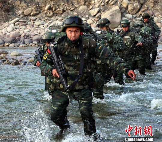 中队长刘琳带领官兵执行捕歼任务。 何立新 摄