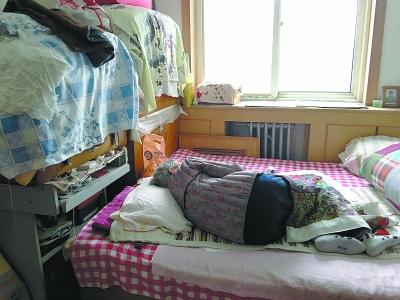 九旬长者穿着棉袄睡觉