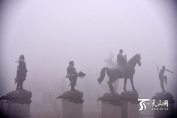 焉耆县开都河公园,西游记中的唐僧师徒四人的雕塑在雾中,像行走在云端一样。 天山网讯(巴音郭楞日报记者杨坤摄影报道)近日,随着气温持续走低,焉耆盆地持续大雾,受影响的地区包括焉耆、博湖、和硕及和库高速G3012部分线路,能见度不足10米, 给人们的交通出行及生产生活带来了不便,为避免交通事故,受影响的高速路段已分时段进行了封闭。