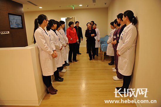 尹爱东一行到河北省生殖妇产医院生殖医学中心参观。 河北省生殖医学中心供图