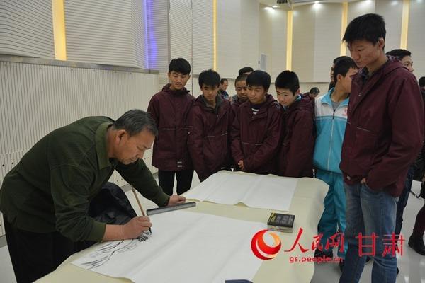 12月4日,甘肃省文联文艺志愿服务团到兰州市盲聋哑学校开展文艺进