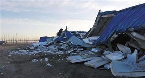百余名蒙面人员开动2台铲车将内蒙古额济纳旗检查站全部铲毁。图据额济纳旗新闻信息中心