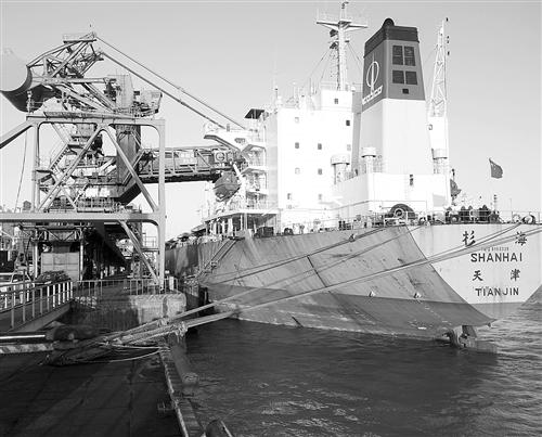 """""""苏冀电煤航线""""上的一艘货轮正在秦皇岛码头装货。 孙志文摄"""