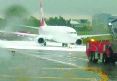 然后朝停在后方一架福州航空公司的飞机喷洒了泡沫