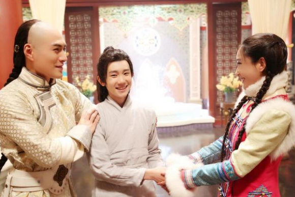 """其中有可爱的弟弟王源""""穿越""""前来探班."""