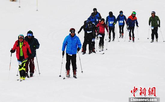 """专业滑雪选手在风雪中""""挑战""""祁连山。  杨艳敏 摄"""