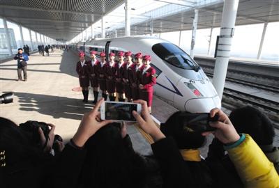 昨日,列车工作人员在保定东站合影留念。(来源:新京报)