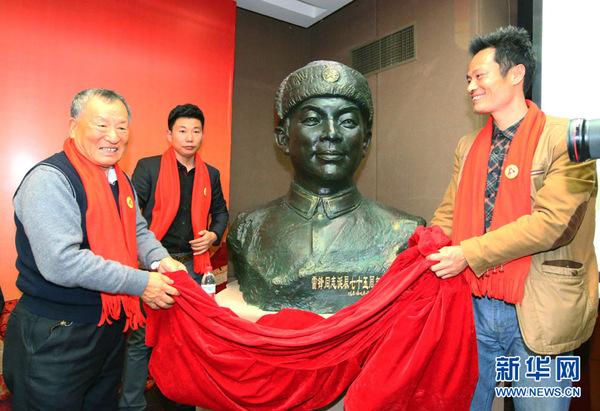 福建莆田雕塑艺术家陈春阳(右一)在开通仪式赠送雷锋