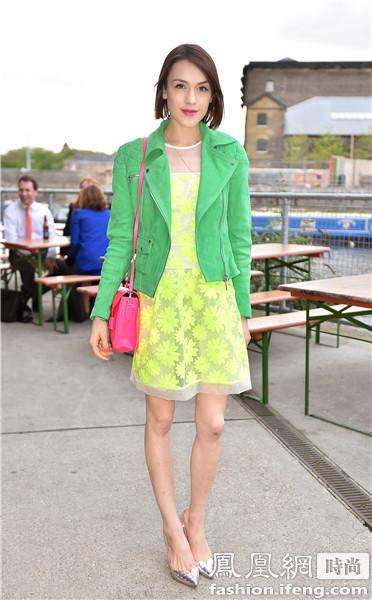 swift穿酒红色踝靴搭配淡绿色外套