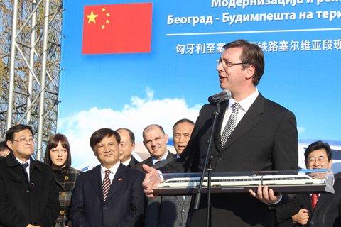 12月23日,在塞尔维亚诺维萨德,塞尔维亚总理武契奇在匈塞铁路塞尔维亚段启动仪式上致辞。