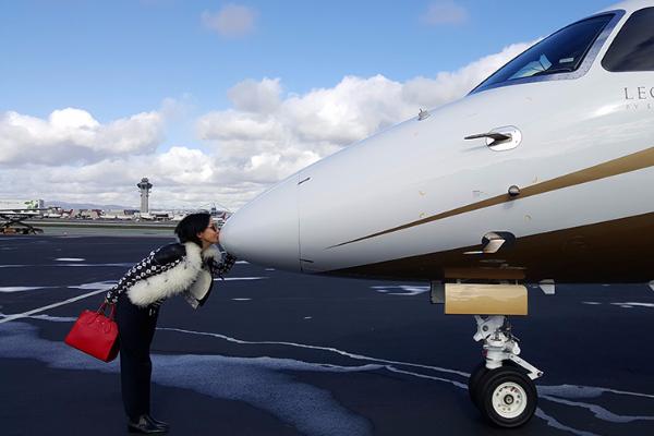 刘嘉玲与1.3亿私人飞机合影 据悉,该架飞机型号LEGACY 500,价格低于2000万美元(约1.3亿人民币)。是由巴西航空工业公司开发,外部总长21.17米,外部总高6.74米,翼展20.25米,内饰均由公司与宝马集团美国设计工作室合作设计,能提供最宽敞的客舱和最优质的隔音效果,相当豪华。图为刘嘉玲与该架飞机合影。