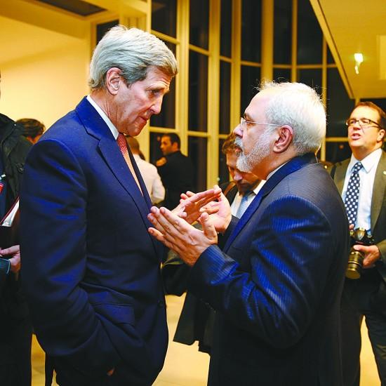 1月16日,在奥地利首都维也纳,美国国务卿克里(左)与伊朗外长扎里夫交谈。在国际原子能机构确认伊朗履行伊核问题全面协议相关承诺后,美国总统奥巴马16日签署行政命令,决定根据伊核问题全面协议要求解除对伊朗相关经济制裁。