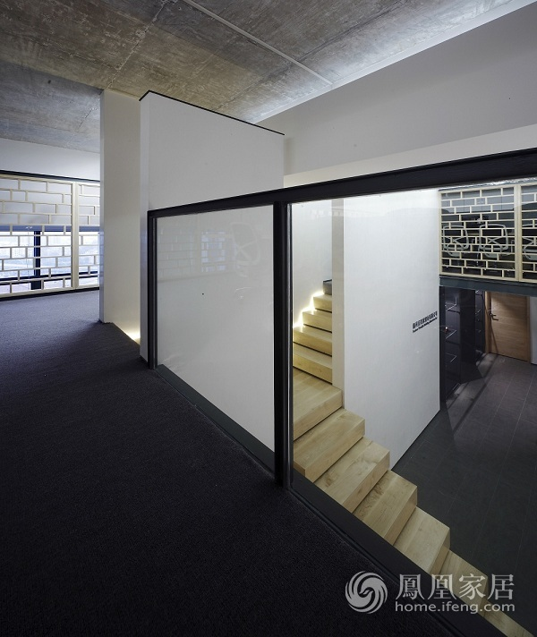 白墙灰瓦加没有扶手的楼梯等于办公室?