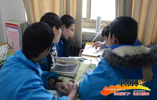 魏县四个小伙伴热心助同学 争做爱心青少年图片