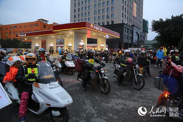 30日早上, 2667位外来务工人员骑着摩托车,从福建各地出发,踏上返乡路