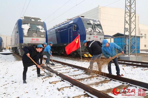 通过路口、轨道道岔进行除冰扫雪,确保设备状态良好.(廖超)   原图片