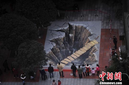 图为巨型3D画作效果逼真吸引市民围观。陈超 摄