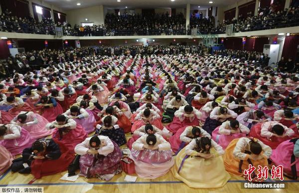 韩国毕业典礼 高中生着韩服行跪拜礼|高中|学生_凤凰
