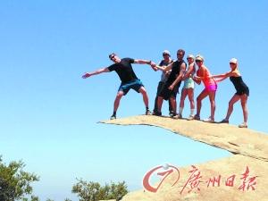 一个人站在悬崖风景-旅途上如何把石头拍得惊险