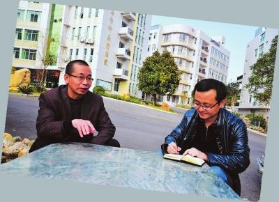 本报记者张杰(右)采访新桥卫生院院长戴秋林。