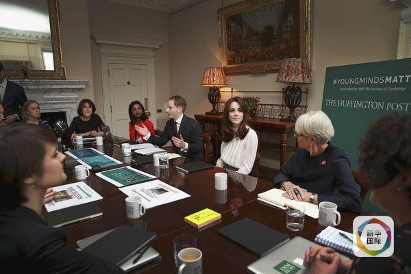 2月17日,英国王妃凯特(中)与《赫芬顿邮报》工作人员交流。(图片来源:新华/路透)