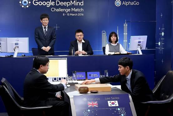 韩国围棋大师李世石(右)与谷歌AlphaGo进行首轮对决。(图片来源:美国《华尔街日报》网站)