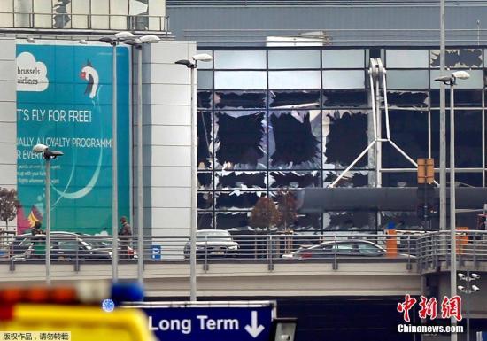 爆炸现场画面,机场航站楼的玻璃在强大的冲击波下被震碎。