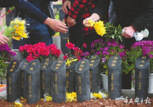 6人家庭合葬墓设计图 华西都市报记者毛玉婷 摄影杨涛 今年2月,民政部等9部门印发《关于推行节地生态安葬的指导意见》,明确提出,鼓励家庭成员采用合葬方式提高单个墓位使用率。随后,四川发出相关实施办法的征求意见稿,提出鼓励经营性公墓积极承担社会责任,鼓励有条件的地方大胆探索、先行先试。 3月30日,华西都市报记者了解到,四川首个家庭合葬墓穴将在本月推出样板间。根据此前透露的图纸设计,墓穴分为4人合葬、6人合葬两种,人均占地不足0.