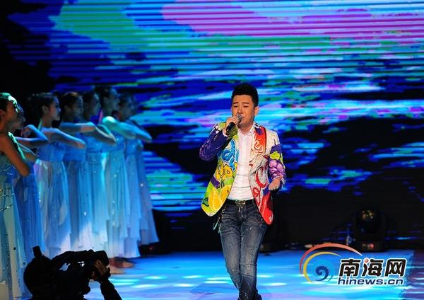 4月1日晚,三亚,2008年度《星光大道》总决赛冠军张羽演唱《大海》.