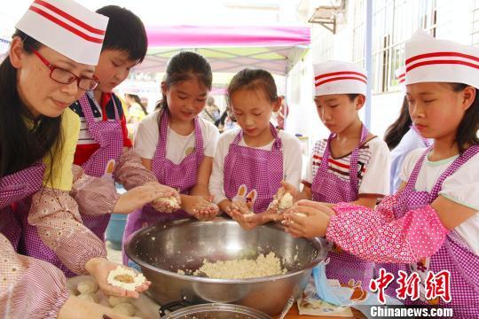 图为图为学生与老师在制作豆腐圆。 朱柳融 摄