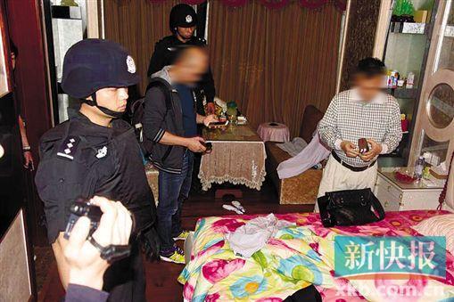 ■警方在嫌疑人(右一)家中将其抓获。 通讯员供图