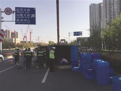 ...在南京市建邺区江东中路118号由北向南快速路上,一辆货车侧翻造...