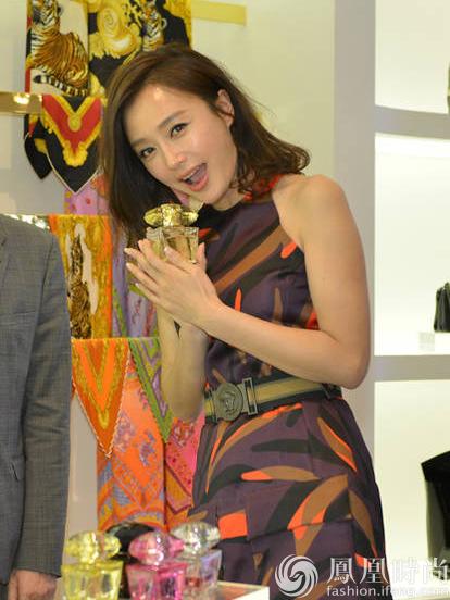 秦岚穿世界秀性感警花与短裙高层开心热聊曲线PK大品牌性感美女图片