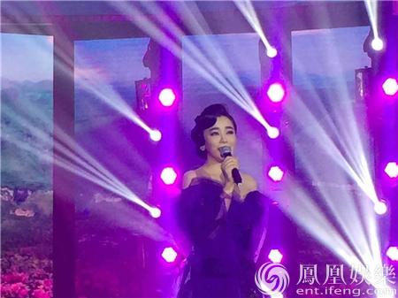 钟丽燕参加华鼎奖 霸气献唱秀实力博掌声【星看点】