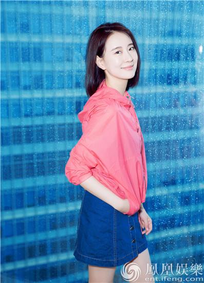 王乐君夏日单品新潮混搭 红蓝撞色清新自然【星看点】